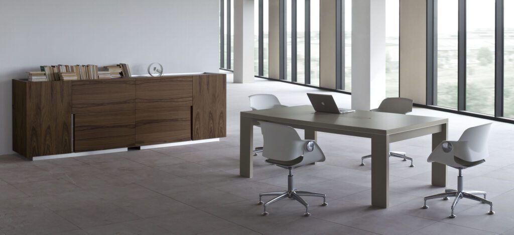 Biurko, stół konferencyjny, szafka, półki System: Ostin Fotel System: Tritos